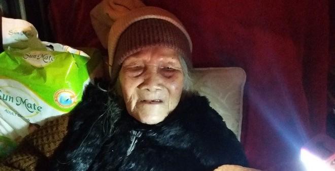 Công an đang làm rõ việc cụ bà 95 tuổi bị bế xốc ra đường tại HN