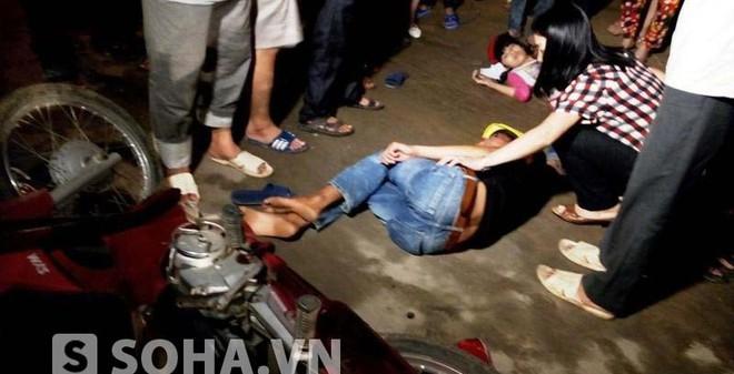 4 thanh niên bị hất văng xuống đường sau cú tông mạnh trong đêm
