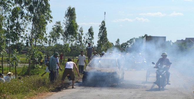 Xế hộp bốc cháy, tài xế lao khỏi xe dập lửa vẫn không kịp