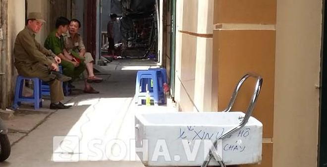 Chiếc thùng xốp đặc biệt trước cửa ngôi nhà 5 người chết ở Hà Nội