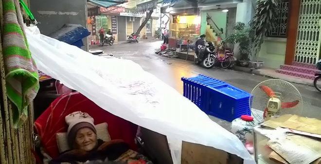 Hà Nội: Cụ bà 95 tuổi bị bê ra đường, nằm thâu đêm trong mưa rét