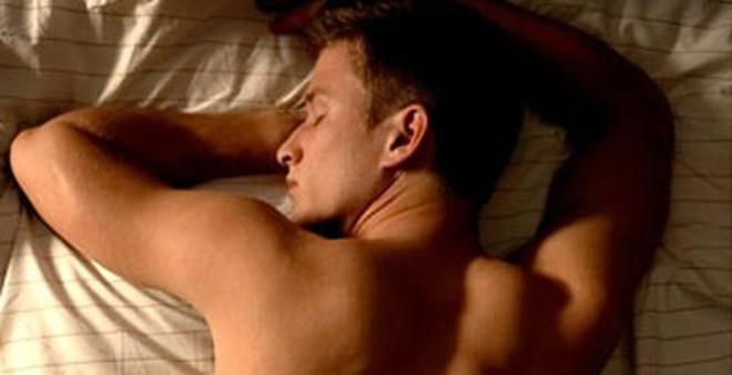 """Những tư thế ngủ khiến nam giới trở nên """"yếu đuối"""""""