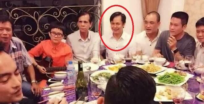 Đại gia kim cương ngồi ăn thân mật cùng bố Hồ Ngọc Hà