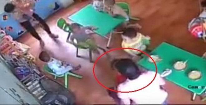 """Thông tin bất ngờ vụ """"cô giáo"""" dùng tay dúi mặt cháu bé ở Hà Nội"""