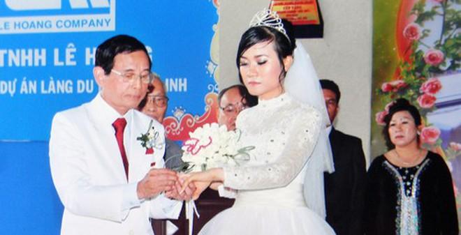 Đại gia Lê Ân rớt nước mắt vì vợ trẻ kém 55 tuổi