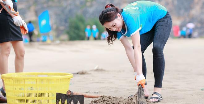 Hoa hậu Kỳ Duyên nhặt rác ở bờ biển