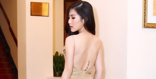 Hương Tràm táo bạo khoe vẻ đẹp cơ thể
