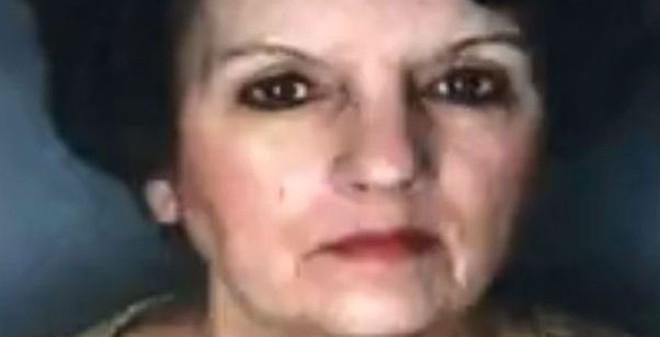 Phẫn nộ con gái giữ xác mẹ thối rữa trong nhà để lấy tiền trợ cấp
