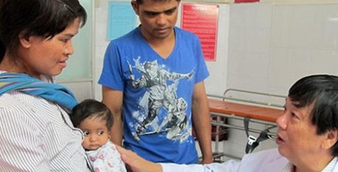 Kỳ lạ em bé tí hon 18 tháng chỉ bằng trẻ sơ sinh