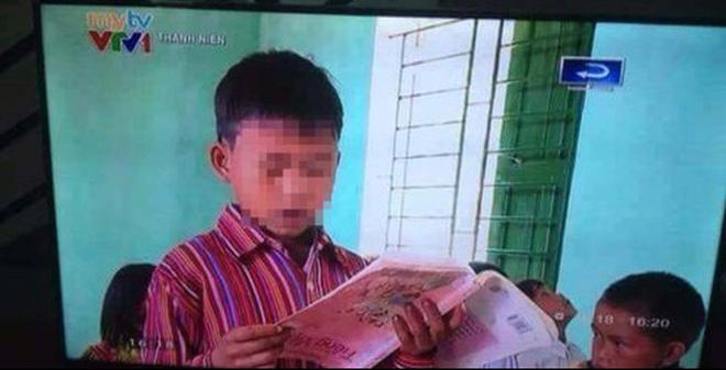 Hình ảnh học sinh cầm sách ngượckhông quay ở Lào Cai