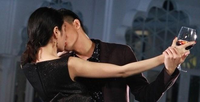 Noo Phước Thịnh phải hôn Thủy Tiên tới... 20 lần