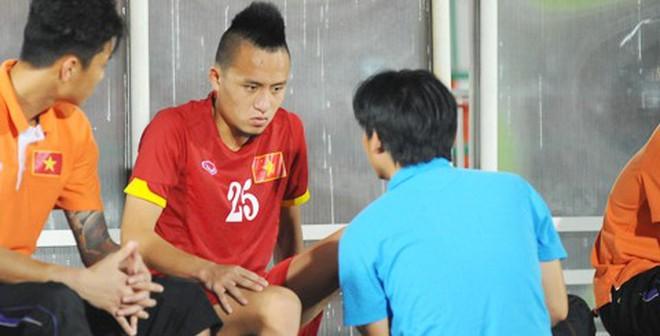 """Volley kiểu Mata """"hụt"""", sao U23 Việt Nam dính chấn thương"""