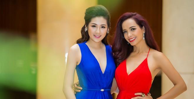 Á hậu Tú Anh đọ dáng cùng cựu người mẫu Thúy Hạnh