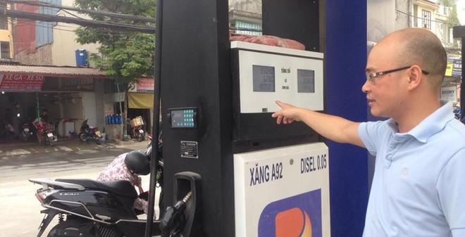 """Vụ đổ 56L xăng vào bình 50L: """"Xe tao đổ thường xuyên có sao đâu?"""""""