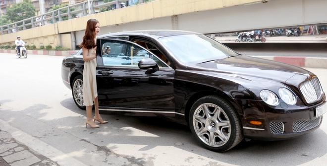 Á hậu Diễm Trang được đưa đón bằng xe sang hơn 10 tỷ đồng
