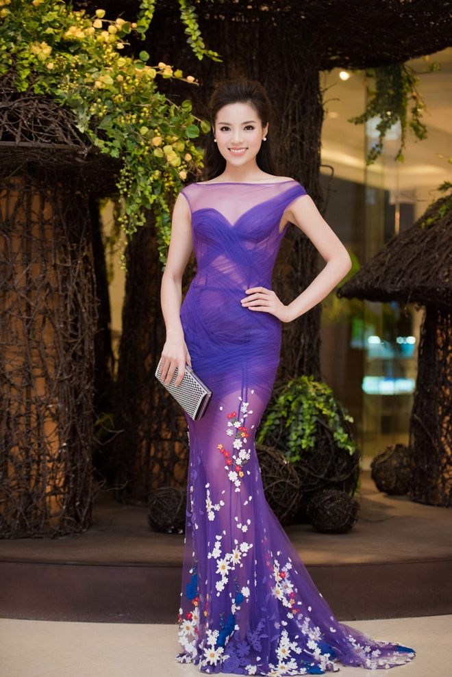 Kỳ Duyên mặc gợi cảm, tự tin đọ sắc cùng Hoa hậu Pháp - Ảnh 2.