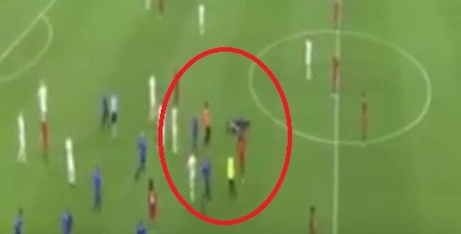 """Ronaldo bất ngờ bị fan cuồng """"tấn công"""""""