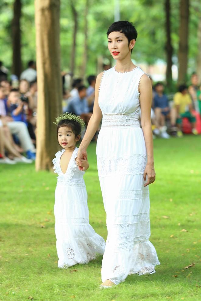 Con trai Trương Quỳnh Anh cười tít mắt khi diễn thời trang - Ảnh 2.