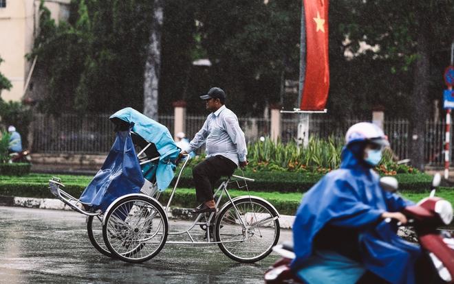 Sài Gòn trở lạnh bất ngờ: Những hình ảnh mưu sinh xúc động - Ảnh 2.