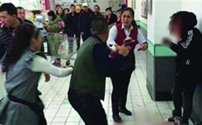 Trung Quốc: Liên mồm mắng chửi, khách hàng bị nữ thu ngân đấm vỡ mặt