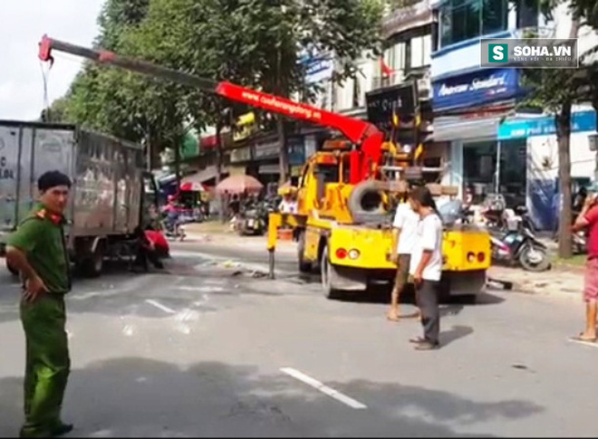 Xe tải bị nghiêng, chạy 1 đoạn bằng 2 bánh như phim hành động