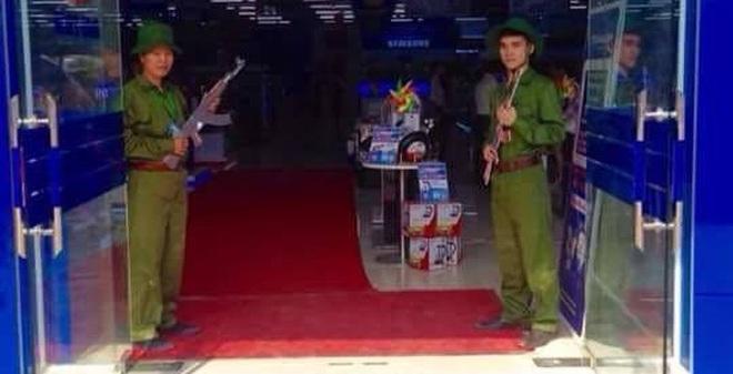 Sau vụ PG mặc bikini, Trần Anh lại gây chú ý với hình ảnh đôi nam nữ cầm súng đón khách