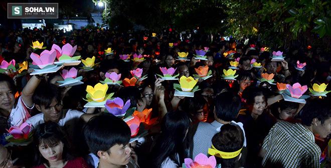 Hàng nghìn ngọn hoa đăng lung linh trên sông Sài Gòn