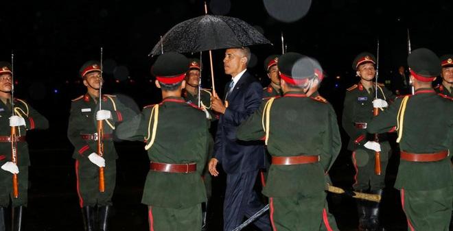 24h qua ảnh: Tổng thống Mỹ đội mưa tới dự hội nghị ASEAN
