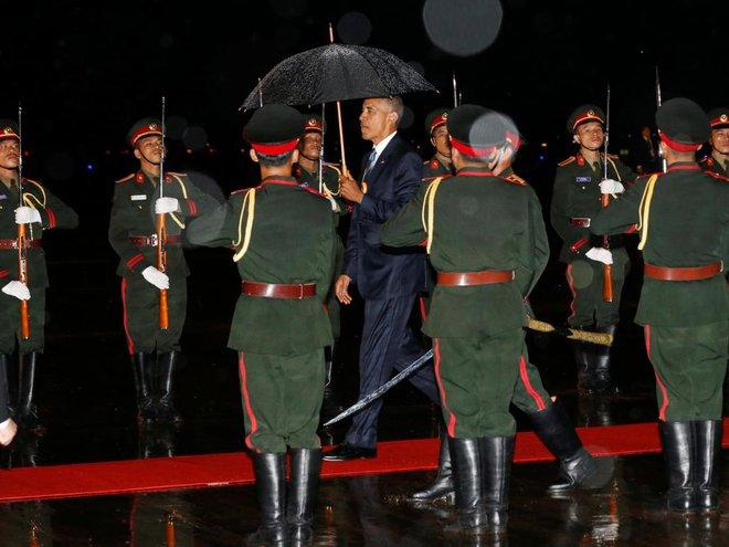 24h qua ảnh: Tổng thống Mỹ đội mưa tới dự hội nghị ASEAN - Ảnh 4.