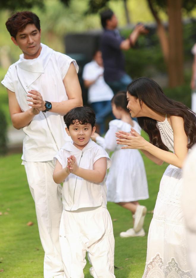 Con trai Trương Quỳnh Anh cười tít mắt khi diễn thời trang - Ảnh 6.