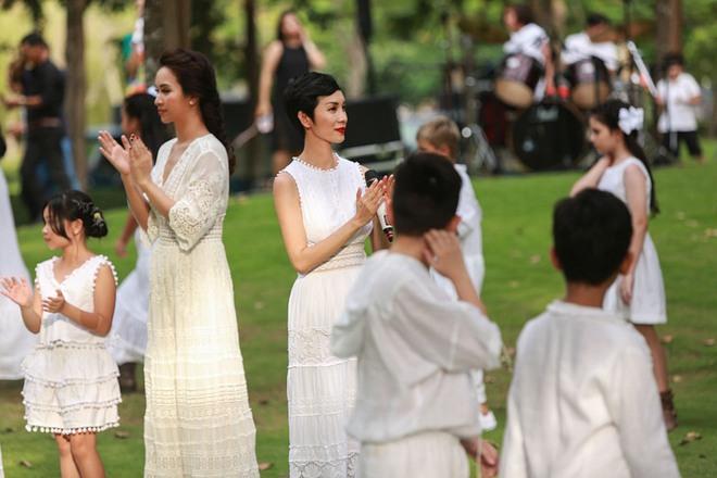 Con trai Trương Quỳnh Anh cười tít mắt khi diễn thời trang - Ảnh 7.