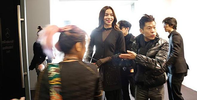Hồ Ngọc Hà vui vẻ đi xem show thời trang ở nước ngoài