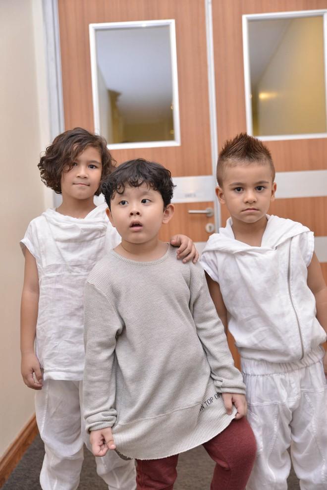 Con trai Trương Quỳnh Anh cười tít mắt khi diễn thời trang - Ảnh 3.