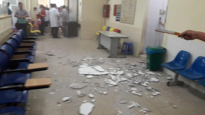 Vữa trên trần rơi trúng mẹ bế con ở Bệnh viện Nhi Trung ương - Ảnh 1.