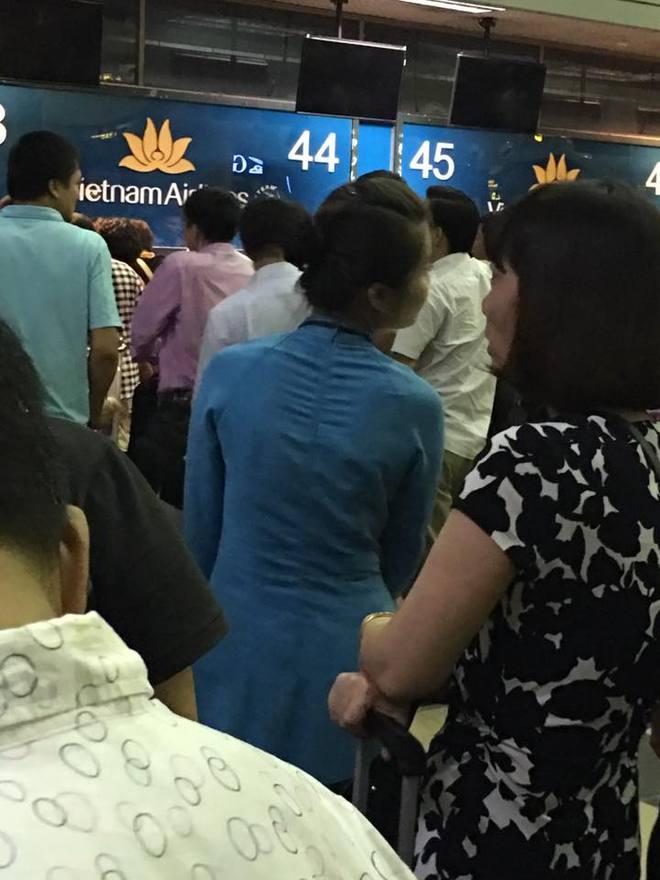Tiếp viên Vietnam Airlines và hình ảnh khiến người ta cảm mến - Ảnh 1.