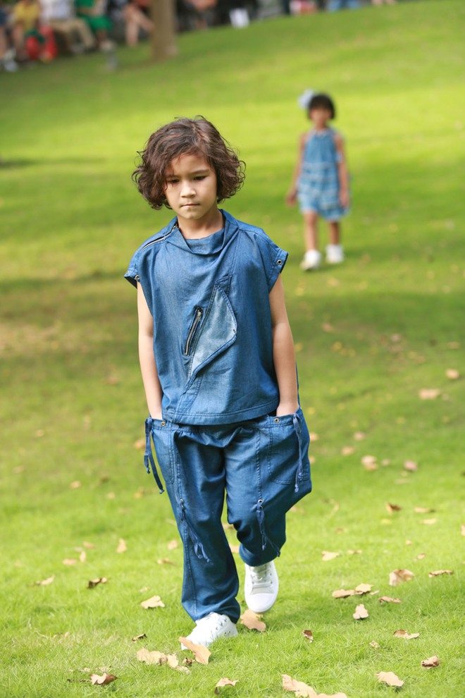 Con trai Trương Quỳnh Anh cười tít mắt khi diễn thời trang - Ảnh 9.