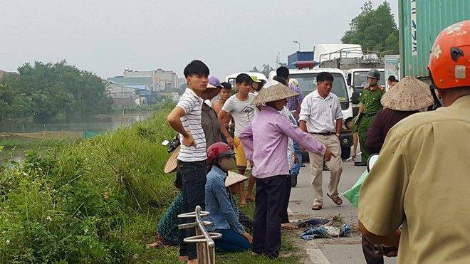 Người mẹ gào khóc con bên cạnh chiếc xe máy nát bét sau tai nạn - Ảnh 2.
