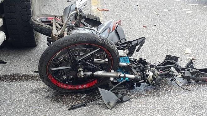 Người mẹ gào khóc con bên cạnh chiếc xe máy nát bét sau tai nạn - Ảnh 1.
