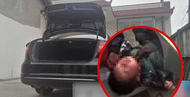 Chui vào cốp xe của bố chơi, 4 đứa trẻ mất mạng thương tâm