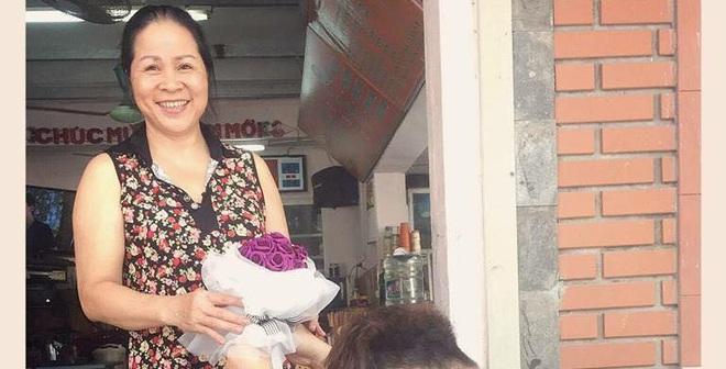 Yanbi quỳ trước cửa nhà tặng hoa cho mẹ