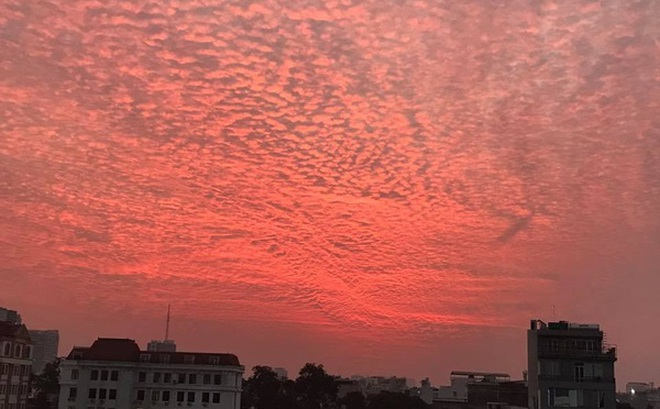 Xuất hiện những đám mây kỳ lạ trên bầu trời Hà Nội chiều qua