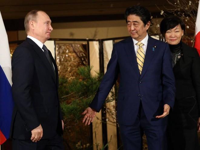 Giao Su-35 cho TQ sớm hàng tháng và đến Nhật muộn 3 giờ, Putin khiến Abe bẽ bàng - Ảnh 1.