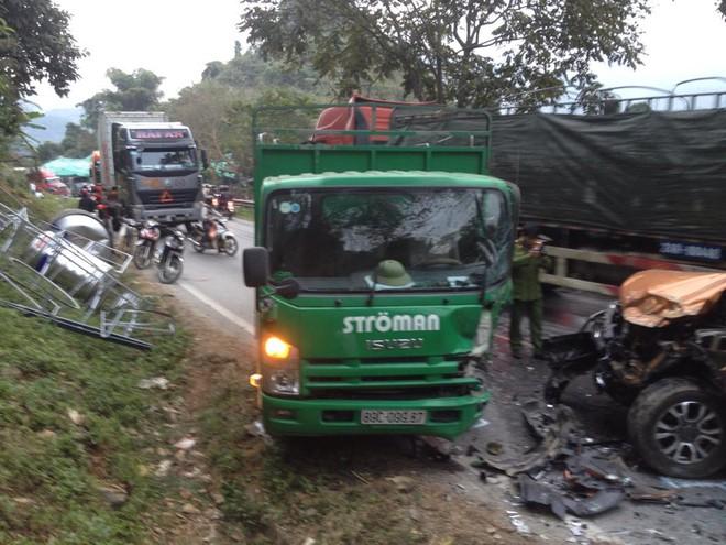 Xe bán tải nát đầu sau tai nạn, quốc lộ 4D lên Sapa tắc đường 3km - Ảnh 1.