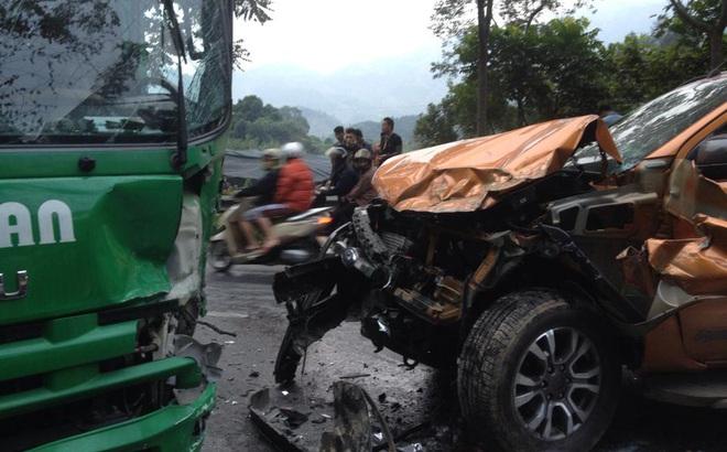 Xe bán tải nát đầu sau tai nạn, quốc lộ 4D lên Sapa tắc đường 3km