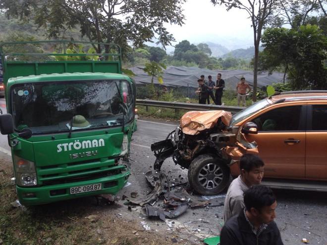 Xe bán tải nát đầu sau tai nạn, quốc lộ 4D lên Sapa tắc đường 3km - Ảnh 3.