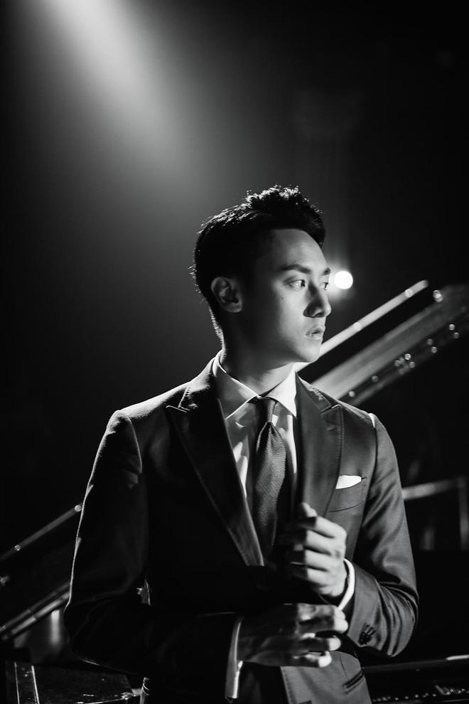 """Rocker Nguyễn khiến khán giả """"bấn loạn"""" khi lấn sân sang ca hát - Ảnh 1."""
