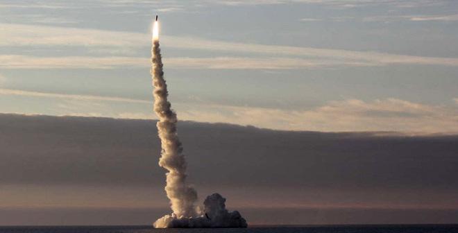 Vì sao tên lửa Bulava tự phát nổ khi phóng từ tàu ngầm Nga?