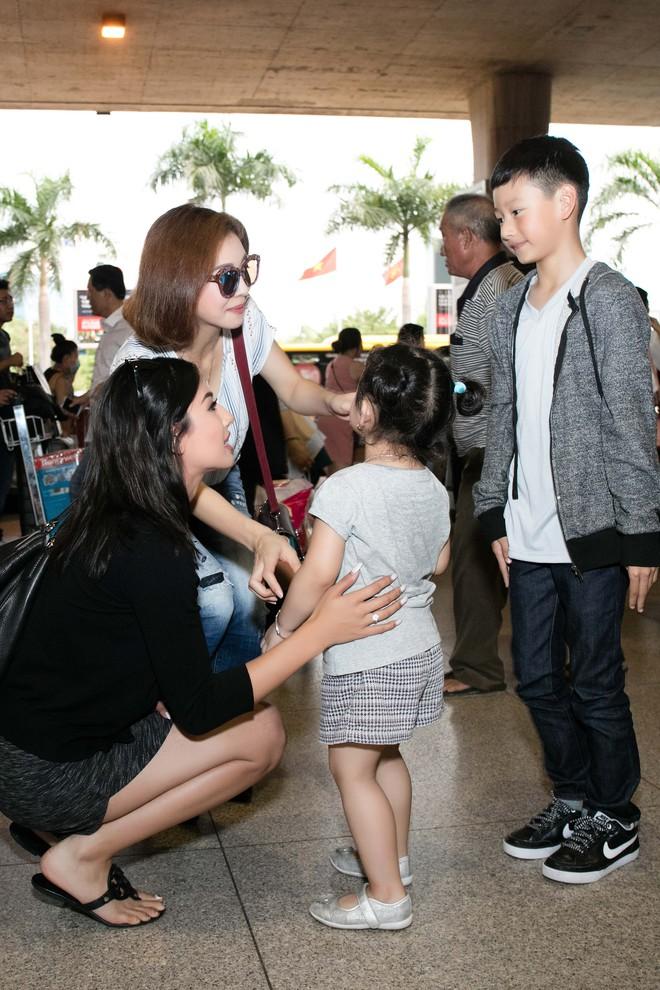 Xuất hiện ở VN, em gái Jennifer Phạm gây ngỡ ngàng vì vẻ xinh đẹp - Ảnh 1.