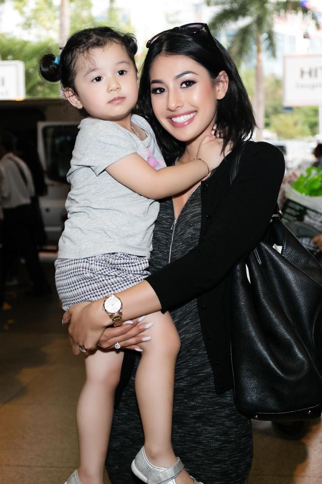 Xuất hiện ở VN, em gái Jennifer Phạm gây ngỡ ngàng vì vẻ xinh đẹp - Ảnh 2.