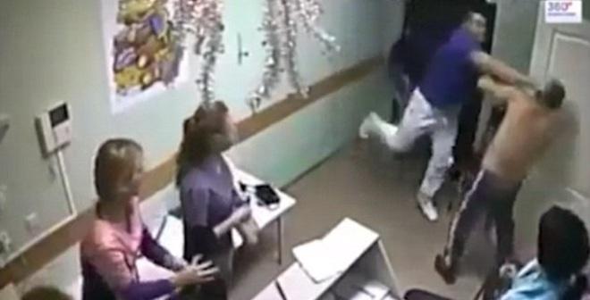 """""""Bác sĩ quyền anh"""" đánh chết bệnh nhân ngay trong viện"""